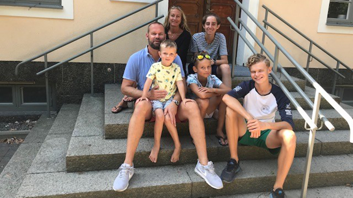 Familjen samlad på trappan utanför Almers hus, längst bak, mamma Jenny och Oliver, I mitten: pappa Micke, Elis och Hugo, Längst ner: Jonathan