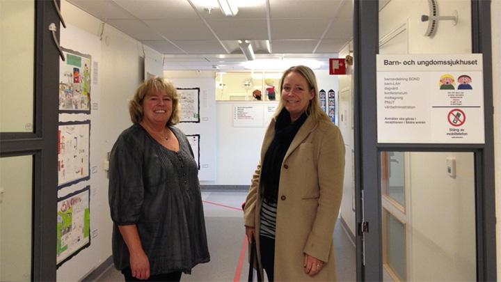 Marie Sandgren och Ylva Andersson i entrén till Barn- och ungdomssjukhuset i Linköping