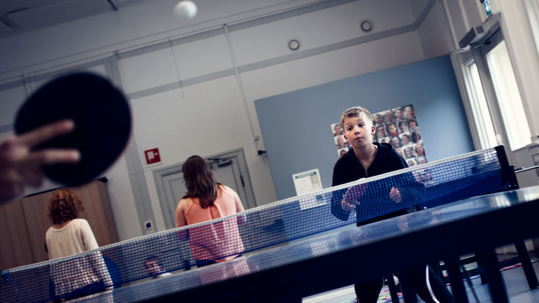Alexander spelar pingis.