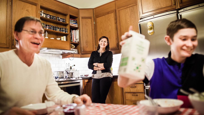 William skrattar med sin familj i köket.